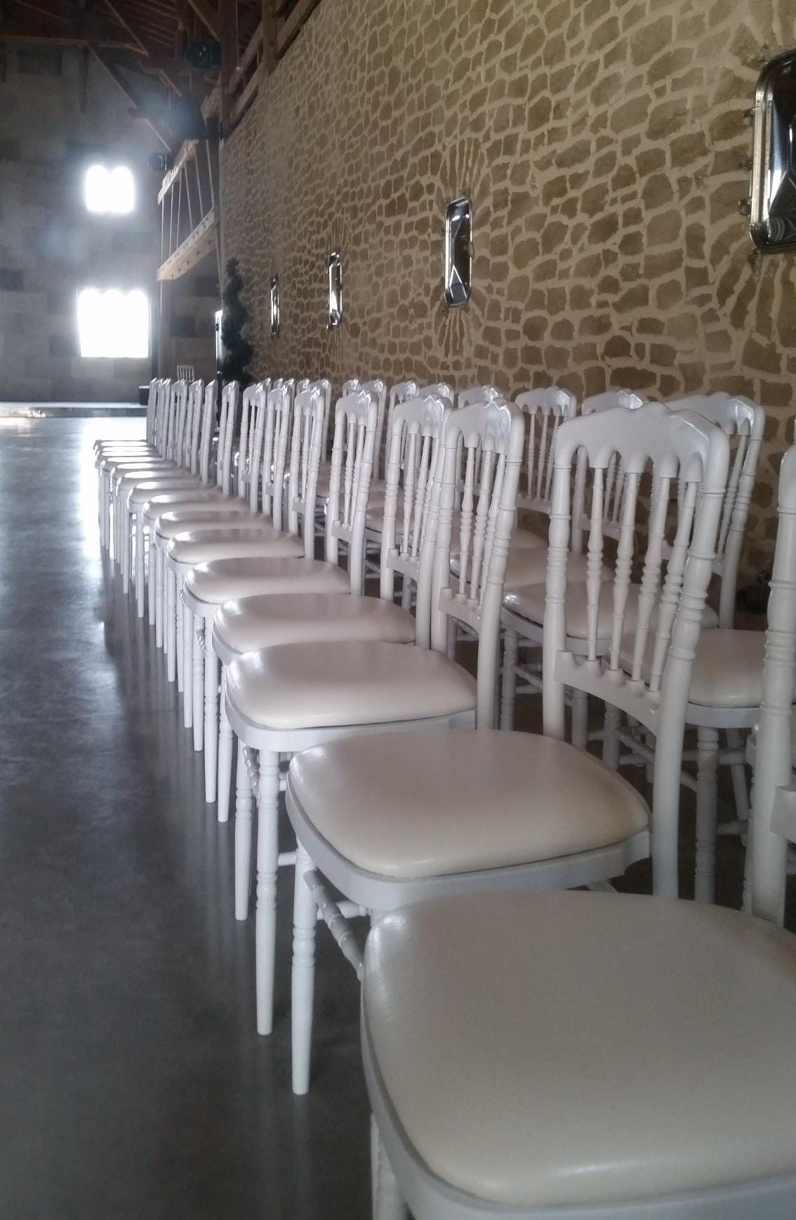 location chaises napoleon excellent chaise napolon blanche en bois avec galette bordeaux with. Black Bedroom Furniture Sets. Home Design Ideas